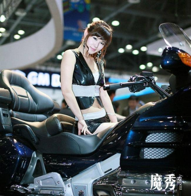 Người đẹp xứ Hàn Quốc tinh khôi bên siêu mô tô hàng khủng.