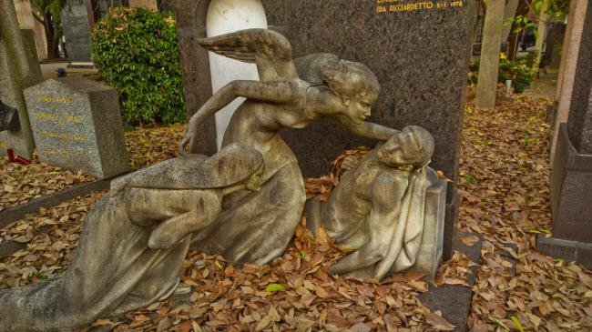Nghĩa trang Cimitero Monumentale, Milan, Italia: Ban đầu, chỉ những người giàu có mới đủ điều kiện an nghỉ tại nghĩa trang này. Các ngôi mộ được trang trí bằng những bức tượng đẹp nhất. Ngày nay, nghĩa trang trở thành bảo tàng, nơi du khách có thể đi dạo và ngắm các tác phẩm nhệ thuật hơn 150 năm tuổi.