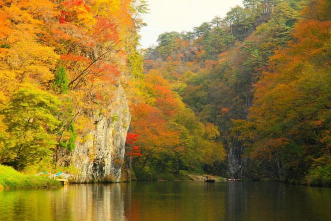 """""""Trốn đời"""" đi chèo thuyền, ngắm cá ở ngọn núi đẹp tựa tiên cảnh - 1"""