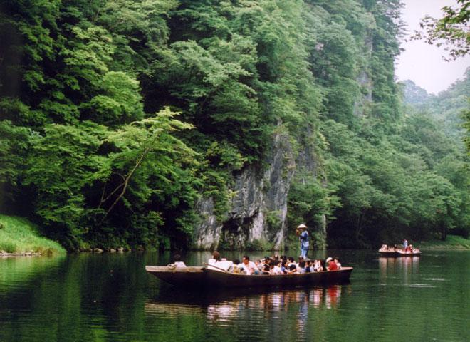 """""""Trốn đời"""" đi chèo thuyền, ngắm cá ở ngọn núi đẹp tựa tiên cảnh - 4"""