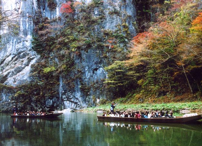 """""""Trốn đời"""" đi chèo thuyền, ngắm cá ở ngọn núi đẹp tựa tiên cảnh - 5"""