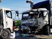 Tin tức trong ngày - 4 người nguy kịch sau cú tông trực diện giữa 2 xe tải