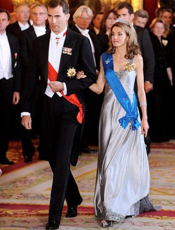 Công nương Tây Ban Nha 'khổ nạn' vì tốc váy - 11