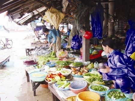 Giá lương thực, thực phẩm tăng mạnh sau lũ - 1