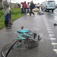 Xe tải tông 4 học sinh trên xe đạp từ phía sau