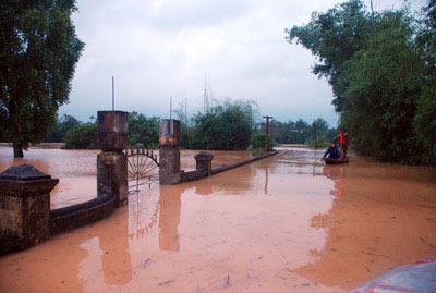 Những hình ảnh về lũ dữ ở Hương Sơn - 7