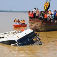 Video: Trục vớt xe khách bị lũ cuốn trôi