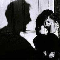 Cha ruột hành hạ dã man con gái 5 tuổi