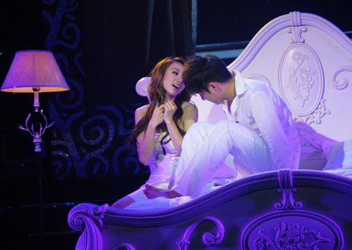Ngô Kiến Huy và Ngân Khánh tình tứ trên giường - 16