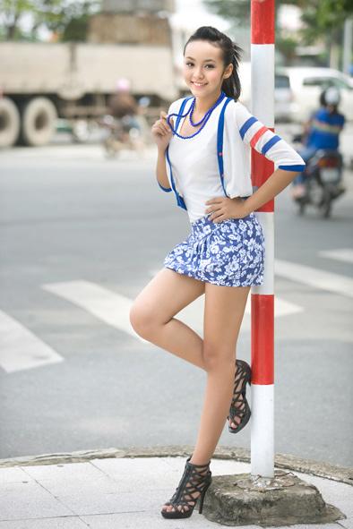 Người mẫu 12 tuổi khoe chân dài dưới phố - 5