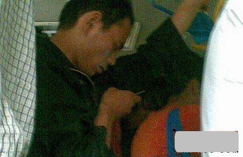 """""""Kẻ biến thái"""" chụp lén từ dưới váy cô gái trên xe buýt - 2"""