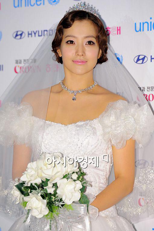 Kim Hee Sun khóc nức nở tại show áo cưới - 2
