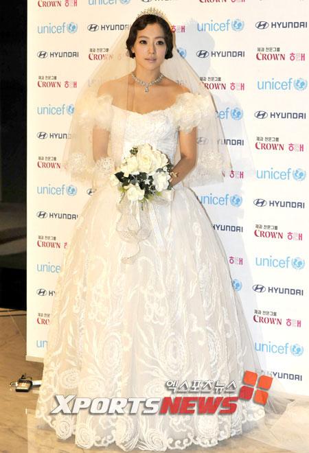 Kim Hee Sun khóc nức nở tại show áo cưới - 1
