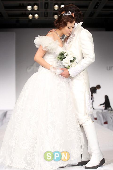 Kim Hee Sun khóc nức nở tại show áo cưới - 6