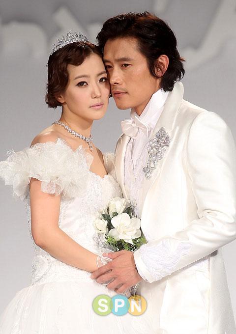 Kim Hee Sun khóc nức nở tại show áo cưới - 5
