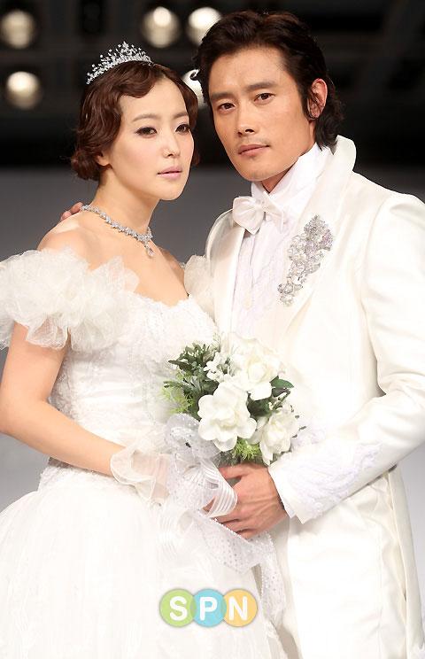 Kim Hee Sun khóc nức nở tại show áo cưới - 7