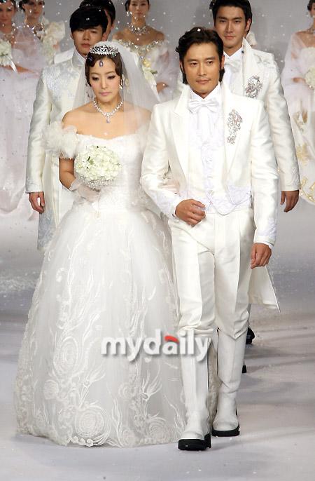 Kim Hee Sun khóc nức nở tại show áo cưới - 14