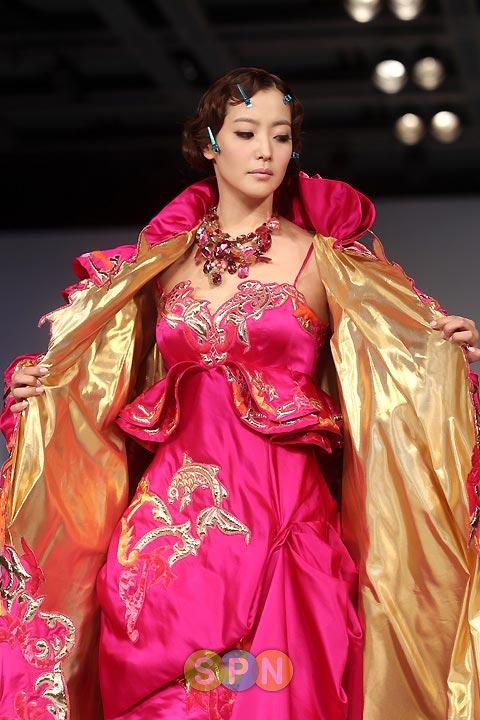 Kim Hee Sun khóc nức nở tại show áo cưới - 30