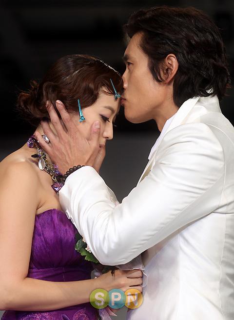 Kim Hee Sun khóc nức nở tại show áo cưới - 19
