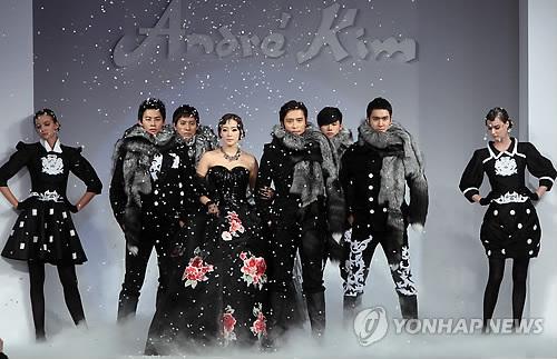 Kim Hee Sun khóc nức nở tại show áo cưới - 24