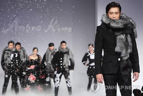 Kim Hee Sun khóc nức nở tại show áo cưới - 23