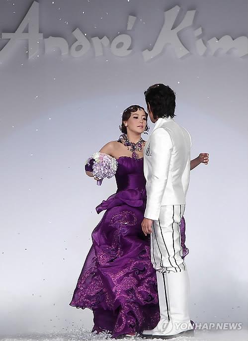 Kim Hee Sun khóc nức nở tại show áo cưới - 25