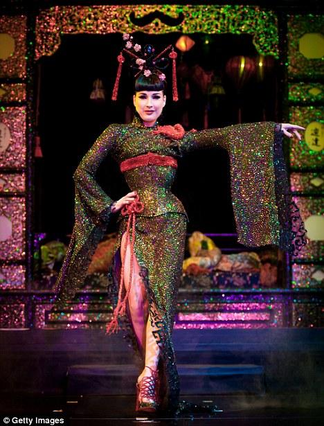 Nữ hoàng thoát y biểu diễn cùng Kimono - 1