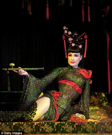 Nữ hoàng thoát y biểu diễn cùng Kimono - 2