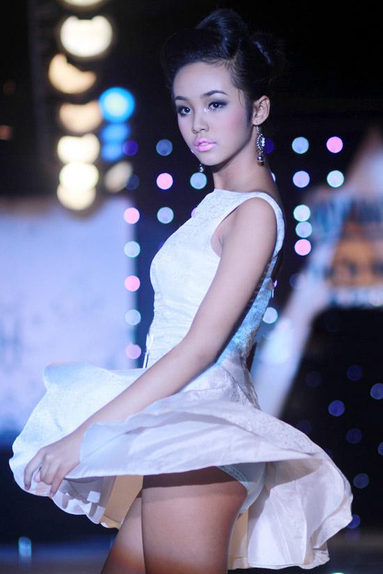 """Người mẫu 12 tuổi """"lộ hàng"""" trên sàn catwalk - 2"""