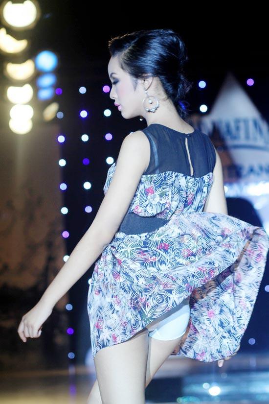 """Người mẫu 12 tuổi """"lộ hàng"""" trên sàn catwalk - 4"""