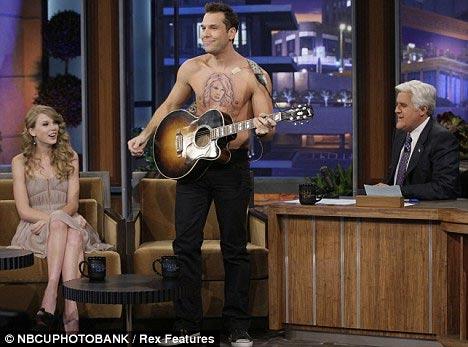 """Taylor Swift """"nằm trên ngực"""" đàn ông - 1"""