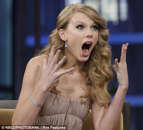 Nữ ca sĩ xinh đẹp chỉ biết há hốc miệng vì ngạc