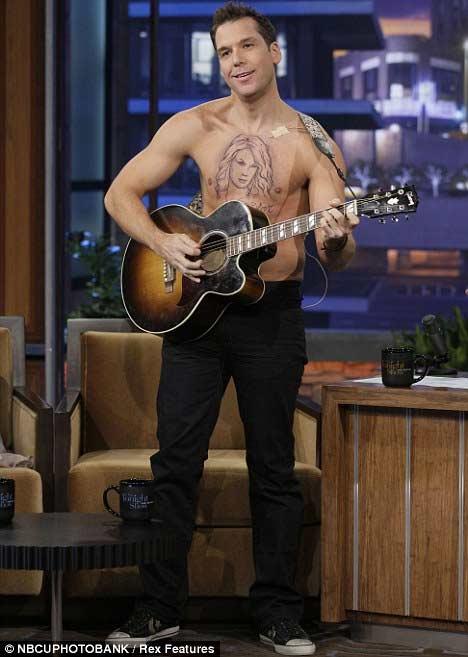 """Taylor Swift """"nằm trên ngực"""" đàn ông - 3"""