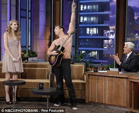 """Taylor Swift """"nằm trên ngực"""" đàn ông - 4"""