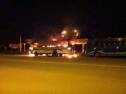Xe khách 52 chỗ phát hỏa trong đêm - 1