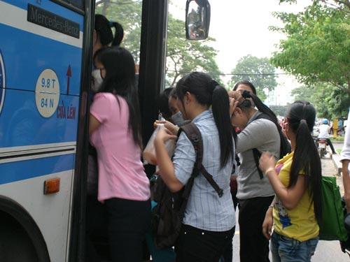 Những thủ đoạn móc túi trên xe buýt - 1