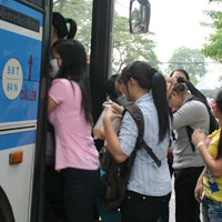 Những thủ đoạn móc túi trên xe buýt