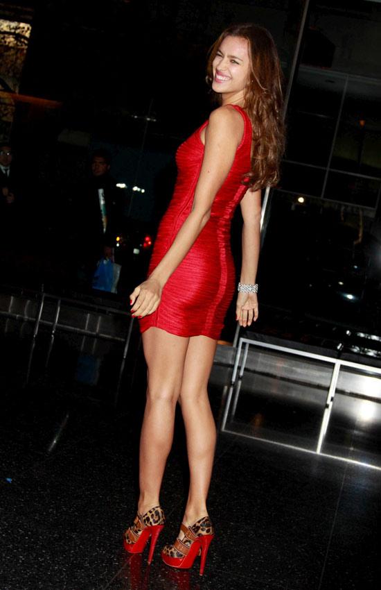 Mặc váy đỏ để gợi cảm như Sao mùa Giáng sinh - 5