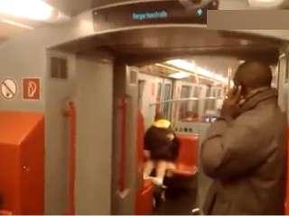 """""""Mây mưa"""" trên tầu điện ngầm - 1"""
