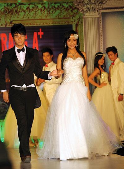 Người mẫu 12 tuổi mặc áo cưới - 7