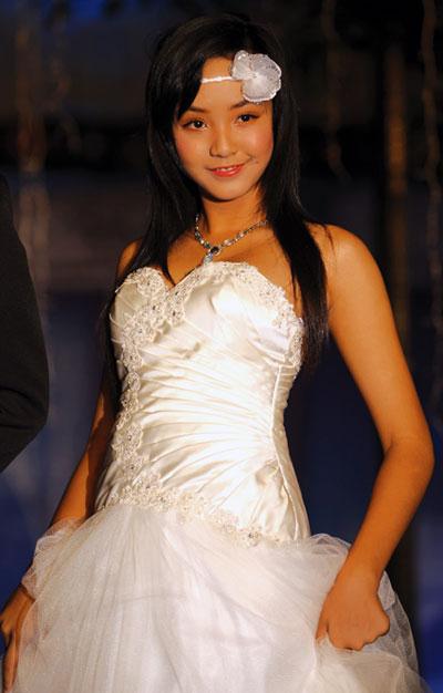 Người mẫu 12 tuổi mặc áo cưới - 4
