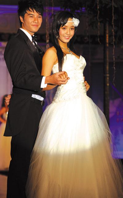 Người mẫu 12 tuổi mặc áo cưới - 6