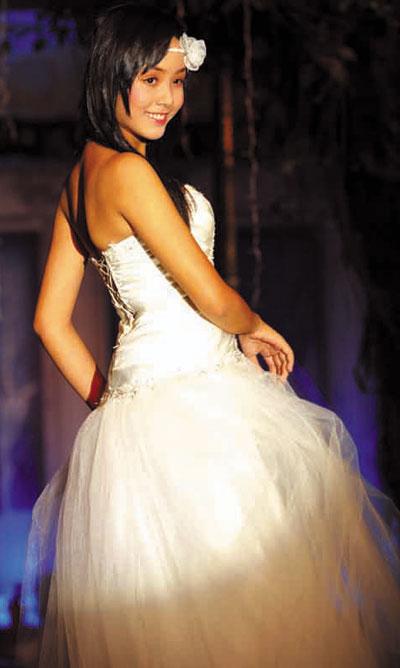 Người mẫu 12 tuổi mặc áo cưới - 5