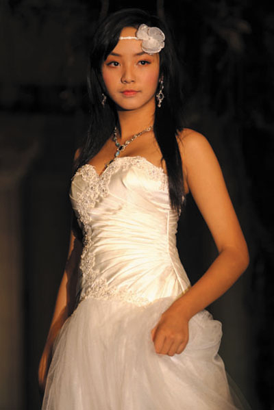 Người mẫu 12 tuổi mặc áo cưới - 2