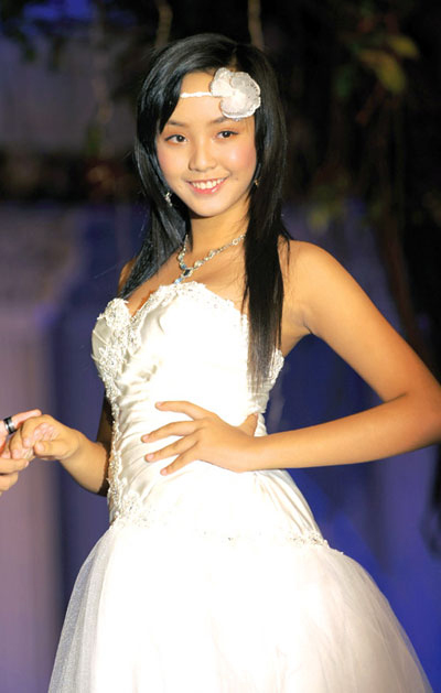 Người mẫu 12 tuổi mặc áo cưới - 3