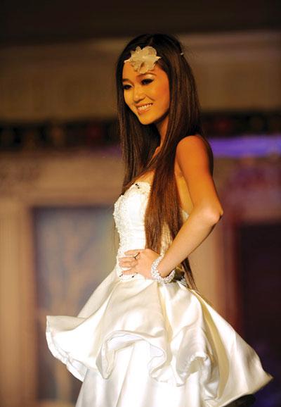 Người mẫu 12 tuổi mặc áo cưới - 11