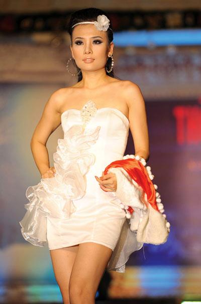 Người mẫu 12 tuổi mặc áo cưới - 12