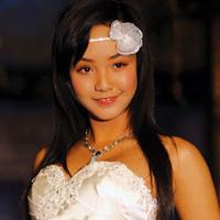 Người mẫu 12 tuổi mặc áo cưới