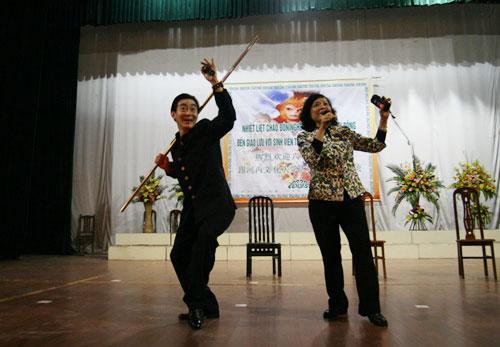 Lục Tiểu Linh Đồng múa gậy giao lưu cùng khán giả - 2