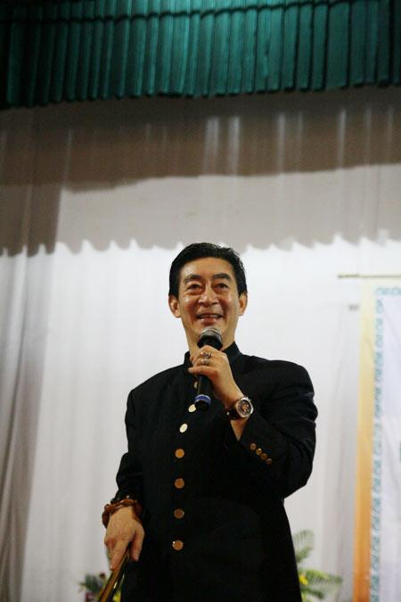 Lục Tiểu Linh Đồng múa gậy giao lưu cùng khán giả - 6